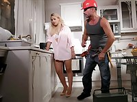 Muscled construction worker taps into the sum of Selvaggia's sexuality